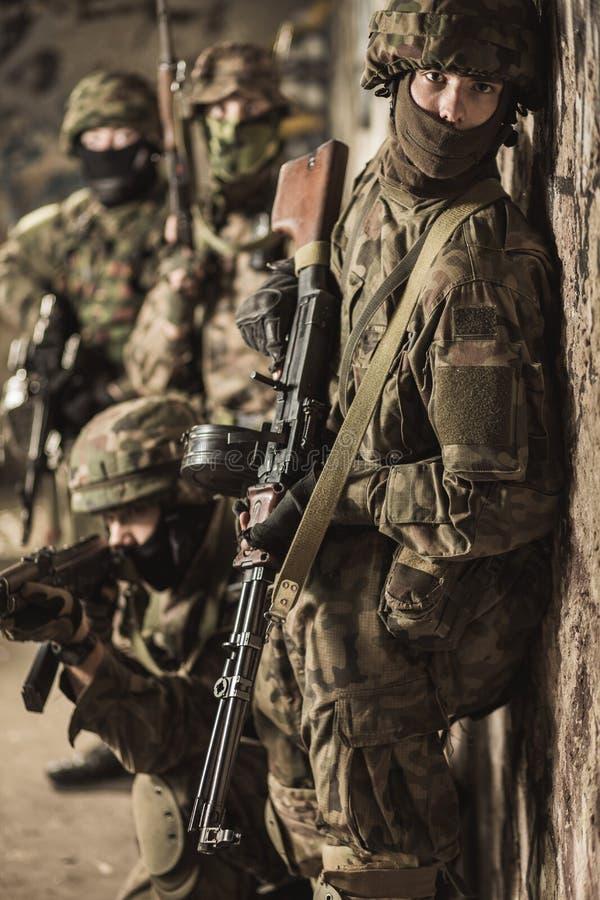 在军事演习期间的特种部队战士 库存照片