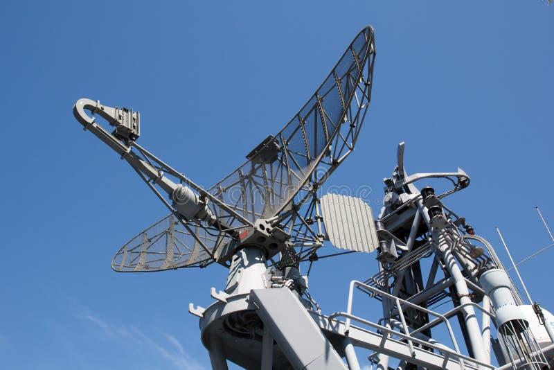 在军事船的雷达 免版税库存照片