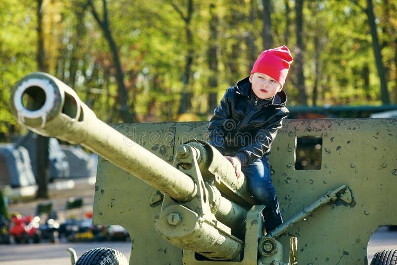在军用设备的男孩戏剧 图库摄影