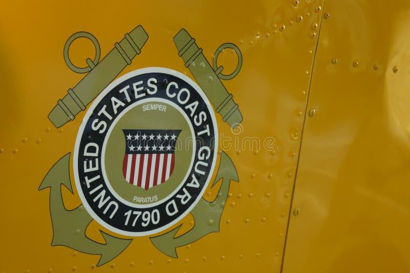 在军用直升机的美国海岸卫队商标 库存照片