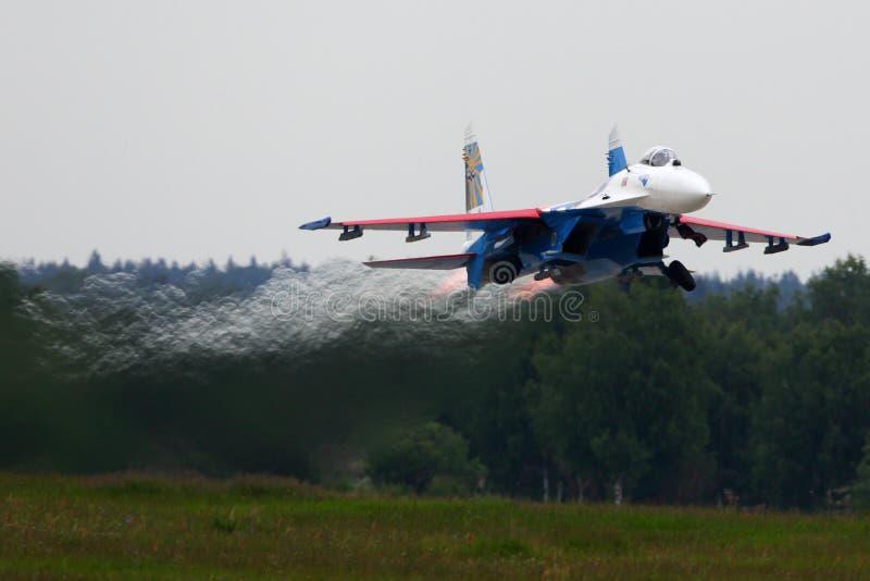 在军队2015论坛期间,特技飞行队俄国人骑士喷气式歼击机的苏霍伊Su27离开在Kubinka空军基地 图库摄影