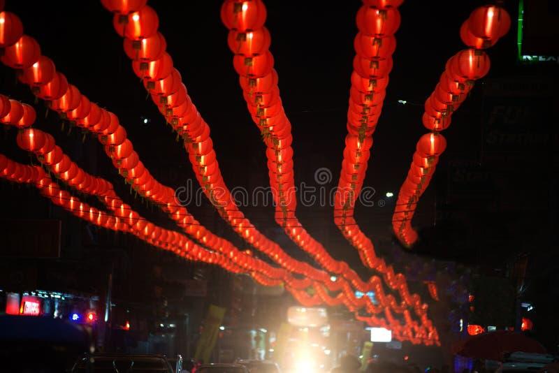 在农历新年庆祝装饰的夜景红色comp灯灯笼中国风格垂悬在泰国 免版税图库摄影
