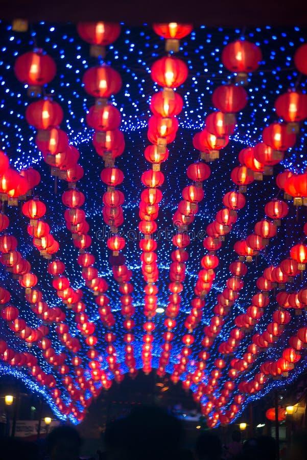 在农历新年庆祝装饰的夜景红色comp灯灯笼中国风格垂悬在泰国 免版税库存图片