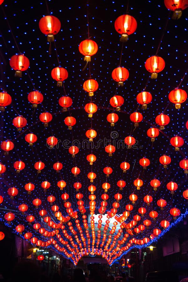 在农历新年庆祝装饰的夜景红色comp灯灯笼中国风格垂悬在泰国 库存照片