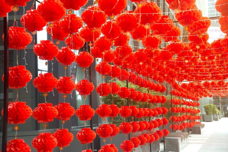 在农历新年节日装饰的红色comp灯灯笼中国式垂悬 免版税库存图片