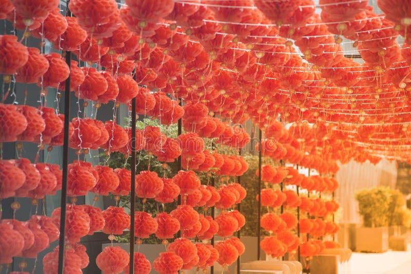 在农历新年节日装饰的红色comp灯灯笼中国式垂悬 免版税库存照片