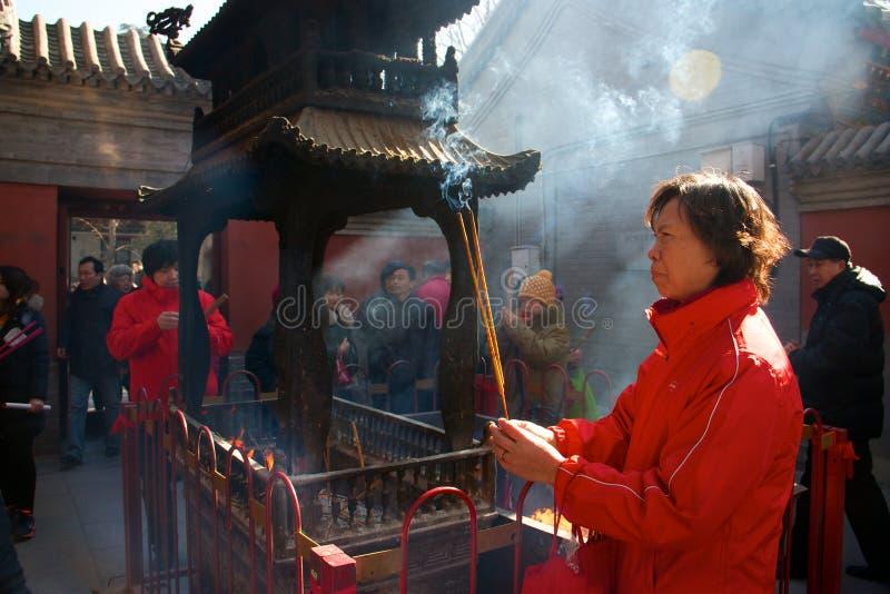 在农历新年,北京,中国期间,中国崇拜者在白云观烧了香火并且做了愿望 免版税库存图片