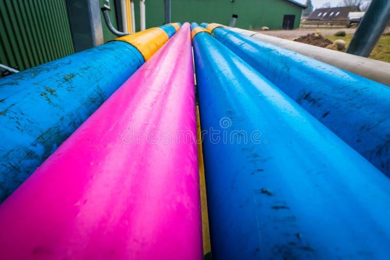 在农场的五颜六色的管子 免版税库存图片
