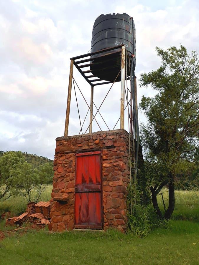 在农场的供水塔 免版税图库摄影