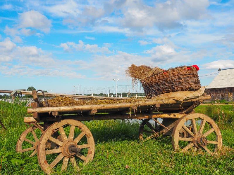 在农场的农民推车,特维尔地区,俄罗斯 库存照片