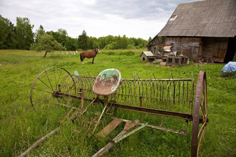 舍老农的艳福_在农场的生锈的老农厂工具