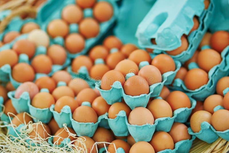 在农夫市场上的新鲜的鸡蛋 库存照片