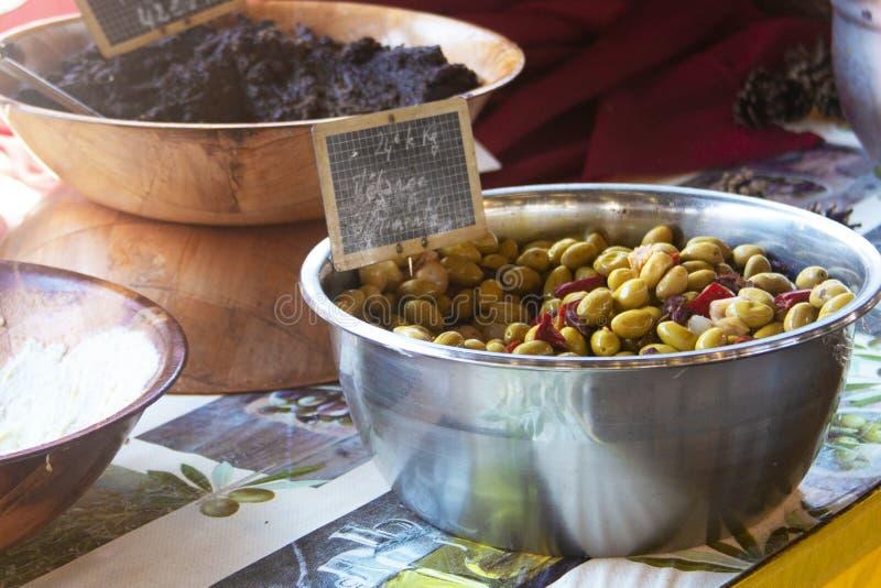 在农夫市场上的绿橄榄 免版税库存照片