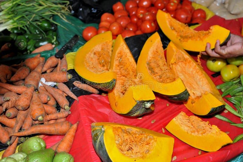 在农夫市场南瓜、蕃茄、红萝卜和秋葵的购物 免版税库存图片