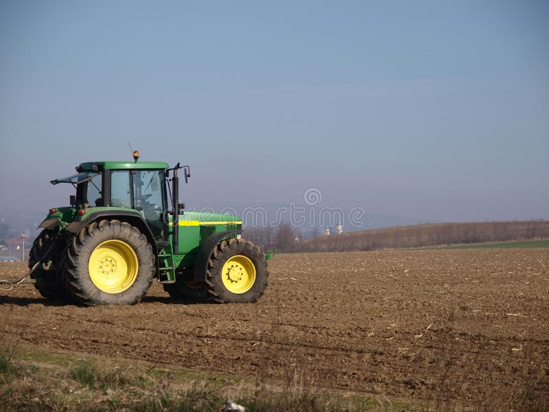 在农夫领域的卡车 免版税库存图片