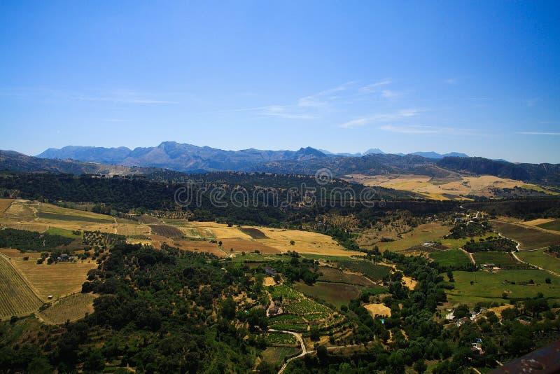 在农村宽谷的全景与从古老村庄朗达-安大路西亚,西班牙的无云的天空蔚蓝形成对比 图库摄影