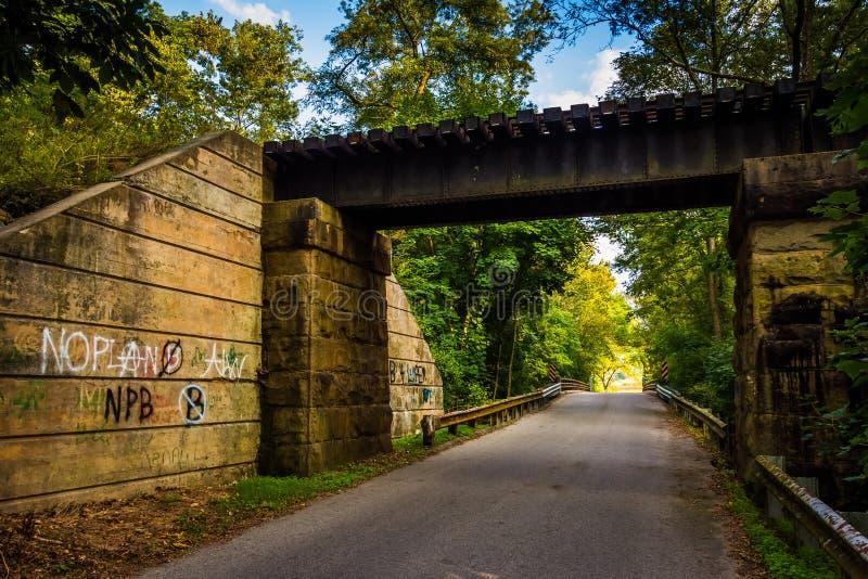 在农村约克县,宾夕法尼亚铺铁路在一条路的桥梁 图库摄影