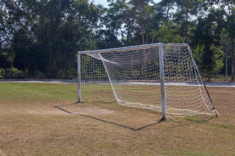 在农村草地的老空置橄榄球足球目标门在清迈,泰国 免版税库存图片