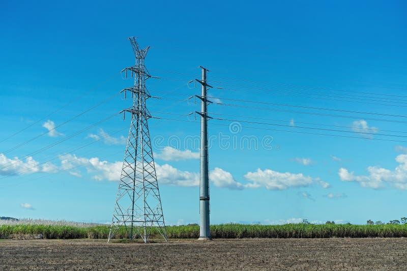 在农村设置的高压电源杆 免版税库存图片