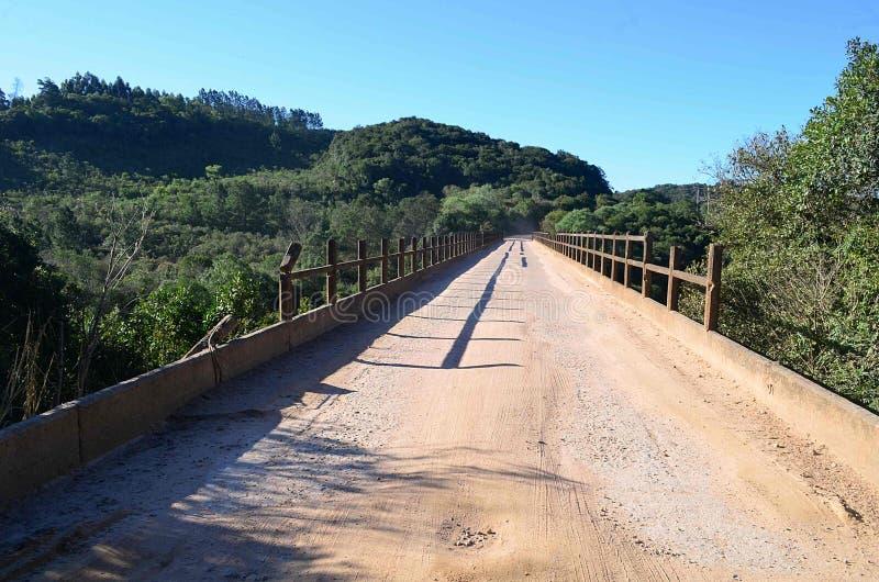在农村路中的一座桥梁 免版税库存图片