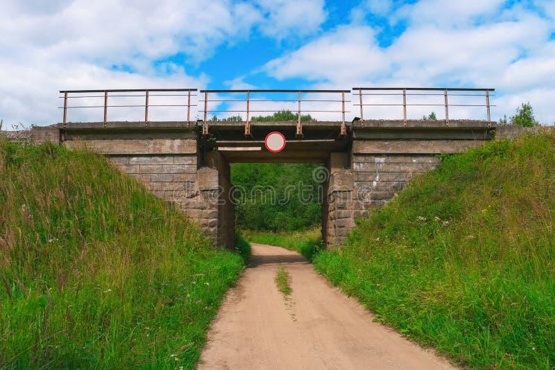 在农村路的铁路桥 库存照片