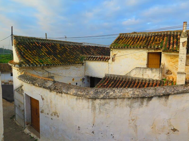 Download 在农舍的阿拉伯样式屋顶 库存图片. 图片 包括有 天沟, 传统, 农场, 排水设备, 住宅, 瓦片, 房子 - 62528467