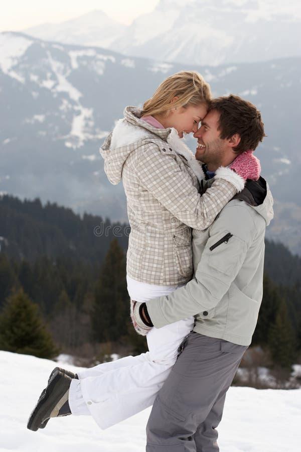 在冬天假期的新夫妇 免版税库存图片