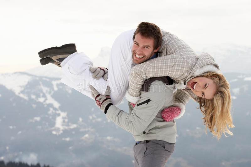 在冬天假期的新夫妇 图库摄影