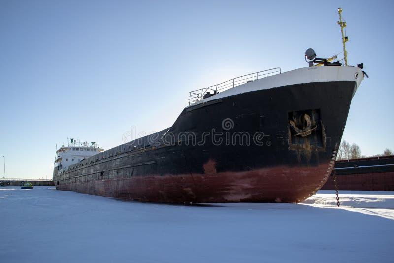 在冬天停车处的货船 免版税图库摄影