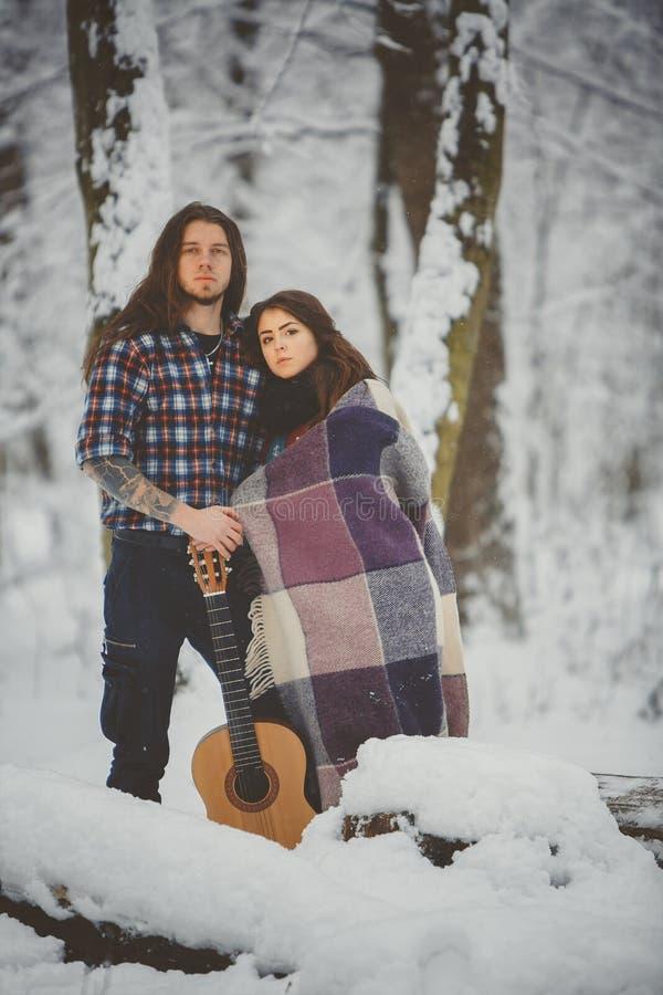 在冬天公园的愉快的夫妇 库存图片
