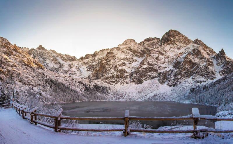 在冬天冷淡的风景的斯诺伊塔特拉山脉 Mountain湖Morskie Oko 库存照片