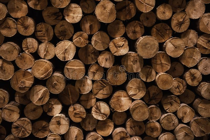 在冬天准备的切好的堆木柴 免版税库存照片
