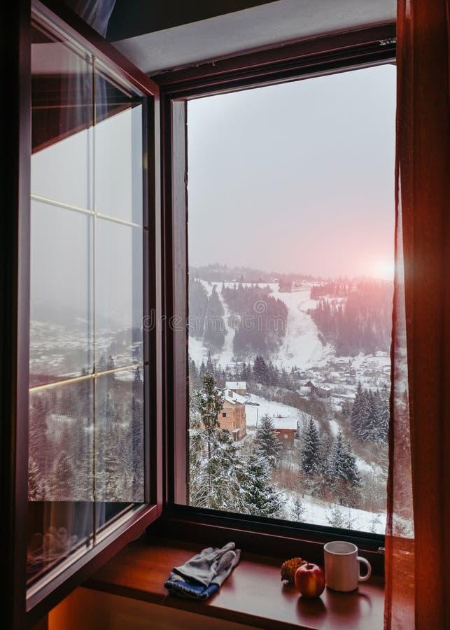 在冬天喀尔巴阡山脉的Slavske vil的开窗口俯视的日出 免版税库存图片
