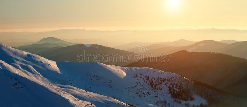 在冬天多雪的山鸟瞰图的壮观的黎明 免版税图库摄影