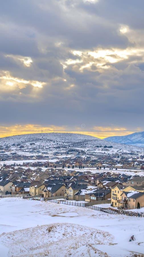在冬天季节期间被观看的一座冷淡的山的基地的附近垂直的美好的家 图库摄影