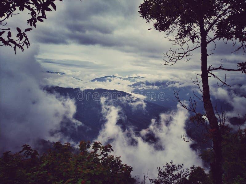 在冬天季节的青绿的多云天空 免版税库存照片