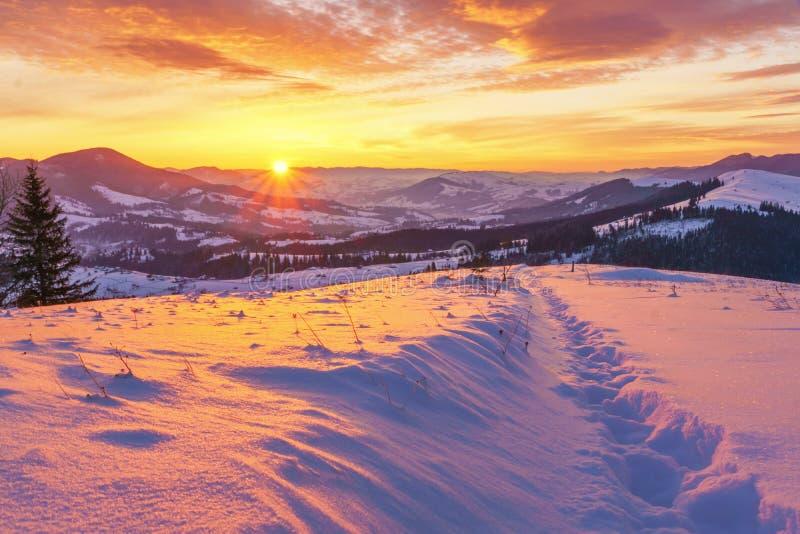 在冬天小山山风景的日出 免版税库存照片