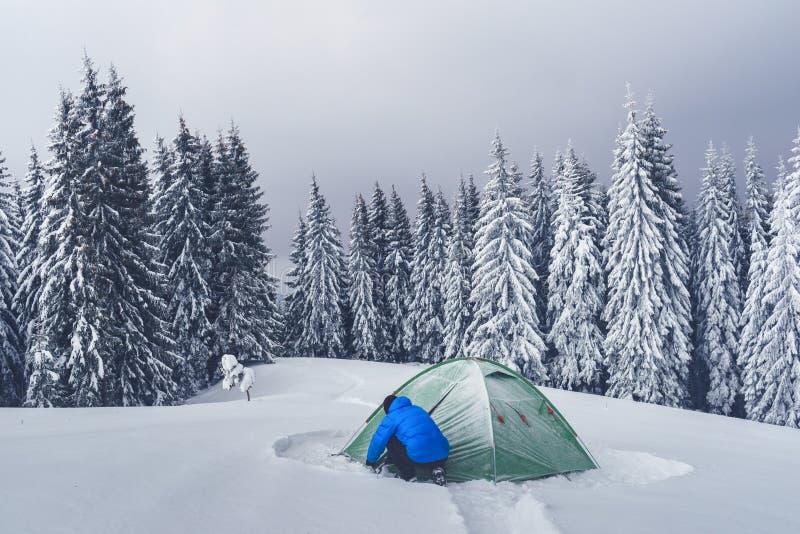 在冬天山的绿色帐篷 免版税库存照片