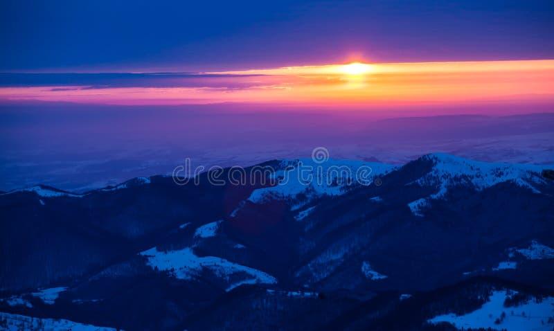在冬天山的美好的日出 免版税图库摄影