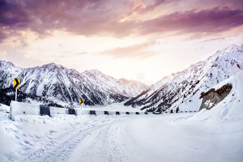 在冬天山的路 免版税库存照片