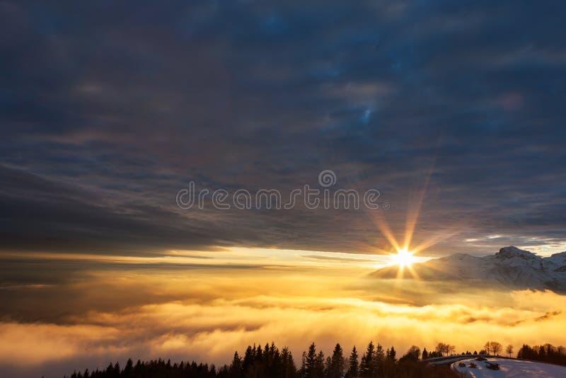 在冬天山风景的美好的日落。 免版税库存图片