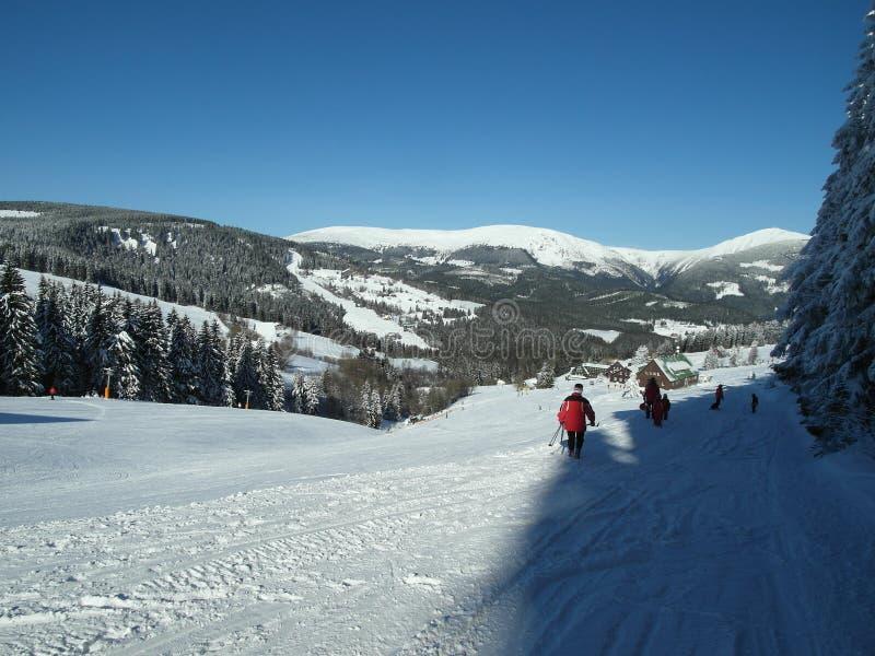 在冬天手段的晴天在大山 免版税库存照片