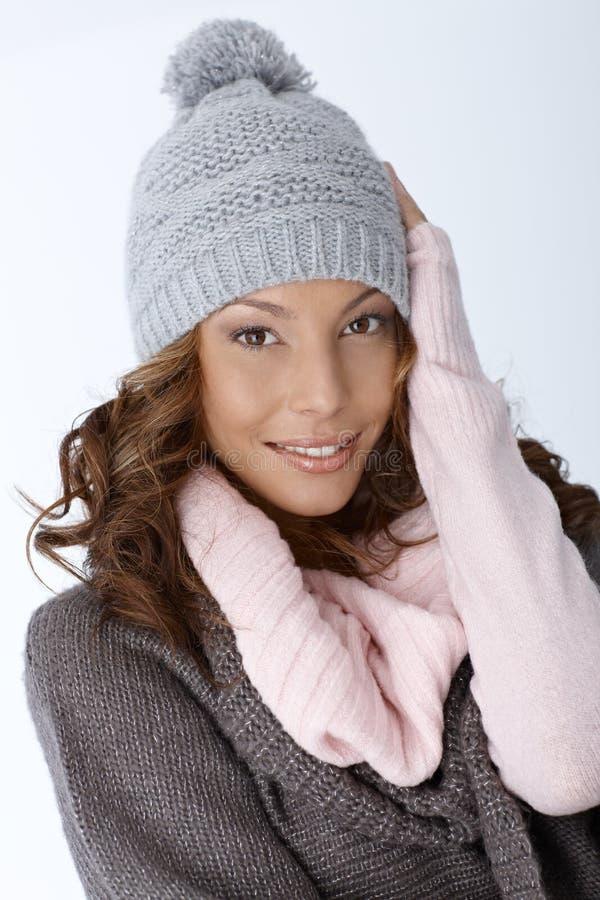 在冬天打扮的美丽的种族妇女 免版税库存图片