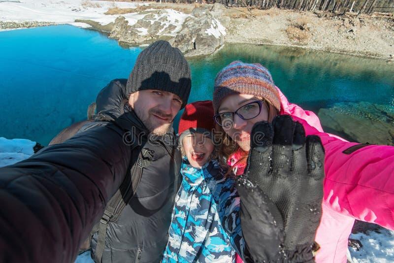 在冬天旅途的家庭selfie 免版税库存照片