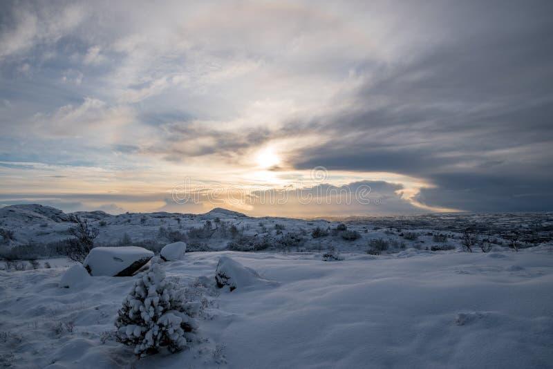 在冬天日落的深刻的雪风景 免版税库存照片