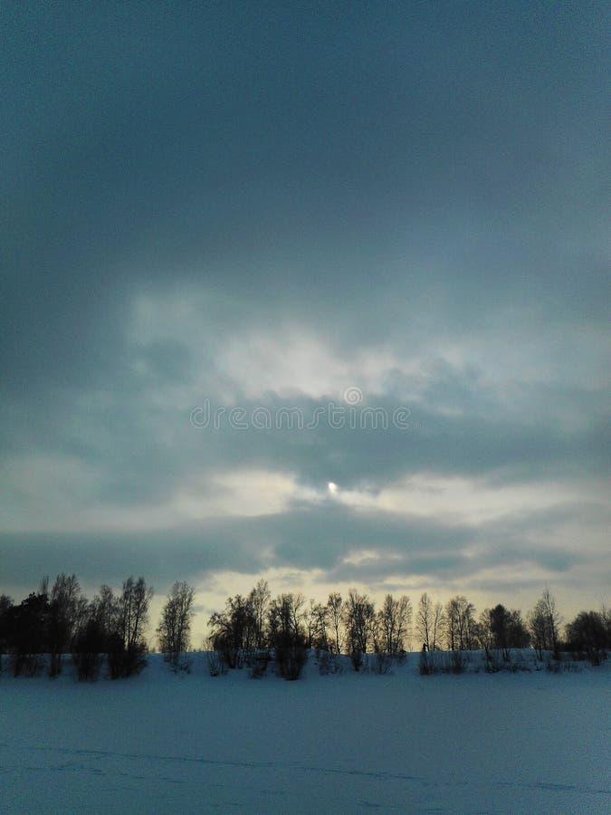 在冬天晚上天空的云彩西伯利亚人 库存图片