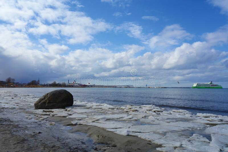 在冬天期间,塔林,爱沙尼亚海岸的冰冷的波罗的海  库存照片