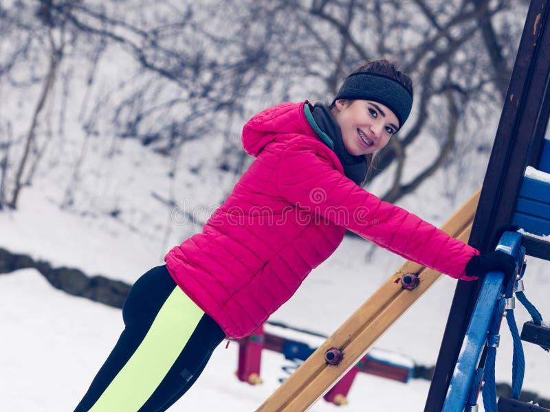 在冬天期间,妇女都市行使外面 免版税库存图片