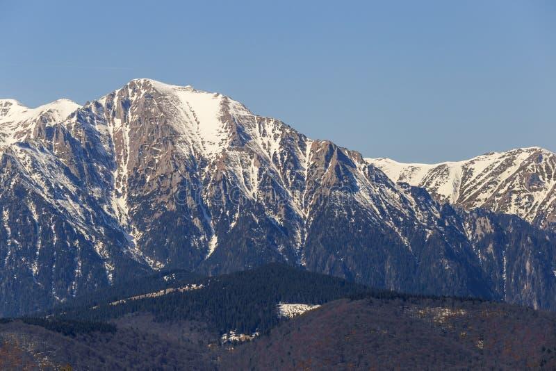 在冬天期间,山峰 库存图片