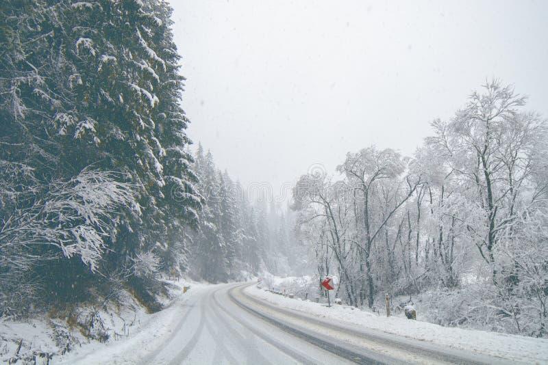 在冬天期间,斯诺伊山路 免版税图库摄影